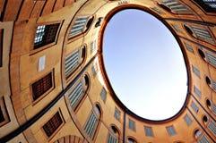 Elliptische buiding Ansicht vom inneren Yard Stockfotos