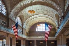 Ellis wyspy budynku flaga amerykańskiej Imigrujące gwiazdy i lampasy zdjęcia royalty free