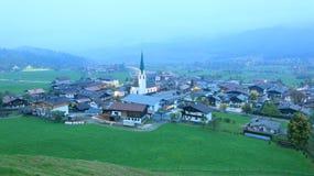Ellmau美好的鸟瞰图在黄昏,一个小高山村庄的 免版税库存图片