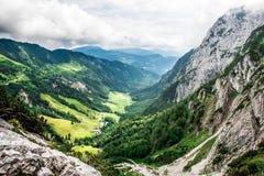 Ellmauer-Halt an Wilder Kaiser-Bergen von ?sterreich - nah an Gruttenhuette, eine alpine H?tte, gehend, Tirol, ?sterreich - wande stockbild