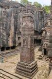 Ellora使,向被雕刻的柱子扔石头陷下,不使16,印度陷下 免版税库存照片