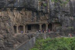 Ellora, Ινδία - 15 Αυγούστου 2016: Άνθρωποι που επισκέπτονται στις σπηλιές ι Στοκ Εικόνα