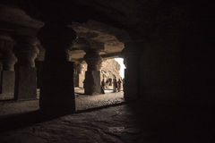 Ellora, Ινδία - 15 Αυγούστου 2016: Άνθρωποι που επισκέπτονται στις σπηλιές ι Στοκ εικόνες με δικαίωμα ελεύθερης χρήσης