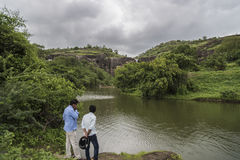 Ellora, Ινδία - 15 Αυγούστου 2016: Άνθρωποι που επισκέπτονται στις σπηλιές ι Στοκ Φωτογραφίες