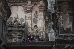 Ellora, Ινδία - 15 Αυγούστου 2016: Άνθρωποι που επισκέπτονται στις σπηλιές ι Στοκ Φωτογραφία