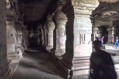 Ellora, Индия - 15-ое августа 2016: Люди посещая к пещерам i Стоковые Фотографии RF