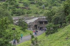 Ellora, Индия - 15-ое августа 2016: Люди посещая к пещерам i Стоковое Изображение RF