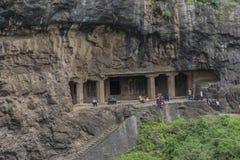 Ellora, Индия - 15-ое августа 2016: Люди посещая к пещерам i Стоковая Фотография RF