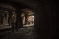 Ellora, Индия - 15-ое августа 2016: Люди посещая к пещерам i Стоковая Фотография