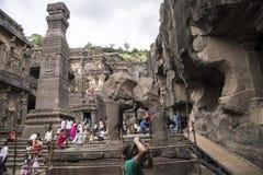 Ellora, Индия - 15-ое августа 2016: Люди посещая к пещерам i Стоковое фото RF