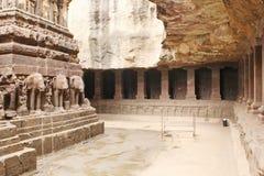 Ellora Caves, vista interna do templo de Kailasa, caverna hindu nenhuns 16, Índia Imagens de Stock Royalty Free