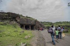 Ellora, Inde - 15 août 2016 : Les gens visitant aux cavernes i Photographie stock