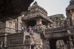 Ellora, Inde - 15 août 2016 : Les gens visitant aux cavernes i Photo stock