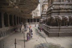 Ellora, Inde - 15 août 2016 : Les gens visitant aux cavernes i Photo libre de droits
