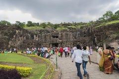 Ellora, Indien - 15. August 2016: Leute, die zu den Höhlen I besuchen Stockfoto