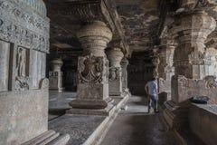 Ellora Indien - 15th Augusti 2016: Folk som besöker till grottorna I Fotografering för Bildbyråer