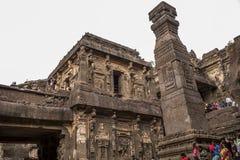 Ellora Indien - 15th Augusti 2016: Folk som besöker till grottorna I Arkivfoto