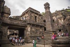 Ellora Indien - 15th Augusti 2016: Folk som besöker till grottorna I Royaltyfri Foto