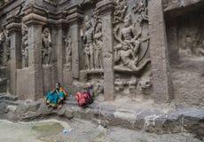 Ellora Indien - 15th Augusti 2016: Folk som besöker till grottorna I Royaltyfri Bild