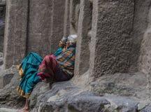 Ellora Indien - 15th Augusti 2016: Folk som besöker till grottorna I Arkivbilder