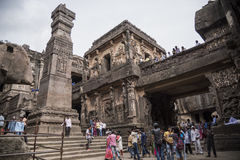 Ellora Indien - 15th Augusti 2016: Folk som besöker till grottorna I Arkivfoton