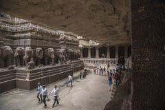 Ellora Indien - 15th Augusti 2016: Folk som besöker till grottorna I Arkivbild
