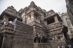 Ellora Indien - 15th Augusti 2016: Folk som besöker till grottorna I Royaltyfria Bilder