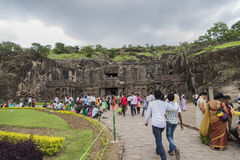 Ellora, la India - 15 de agosto de 2016: Gente que visita a las cuevas i Foto de archivo
