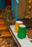 Ellow en groene emmer op de portiek en gepoederd met sneeuw stock afbeelding