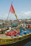 Elmina,加纳- 2014年2月13日:五颜六色的被停泊的木渔船在非洲港口镇Elmina 库存照片