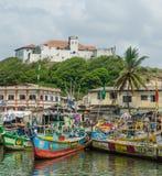Elmina,加纳- 2014年2月13日:五颜六色的被停泊的木渔船在非洲港口镇Elmina 图库摄影