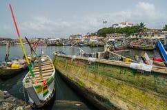 Elmina,加纳- 2014年2月13日:五颜六色的被停泊的木渔船在非洲港口镇Elmina 免版税库存照片
