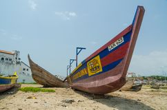 Elmina,加纳- 2014年2月13日:在海滩的木渔船绘与巴塞罗那足球俱乐部橄榄球俱乐部颜色 库存照片