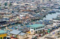 Elmina, Γκάνα - 13 Φεβρουαρίου 2014: Ζωηρόχρωμα δεμένα ξύλινα αλιευτικά σκάφη στην αφρικανική λιμενική πόλη Elmina Στοκ φωτογραφίες με δικαίωμα ελεύθερης χρήσης