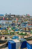 Elmina, Γκάνα - 13 Φεβρουαρίου 2014: Ζωηρόχρωμα δεμένα ξύλινα αλιευτικά σκάφη στην αφρικανική λιμενική πόλη Elmina Στοκ Εικόνες