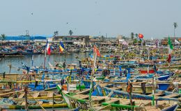 Elmina, Γκάνα - 13 Φεβρουαρίου 2014: Ζωηρόχρωμα δεμένα ξύλινα αλιευτικά σκάφη στην αφρικανική λιμενική πόλη Elmina Στοκ Εικόνα