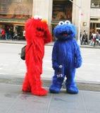 Elmo et monstre de biscuit travaillant dans NY Images libres de droits
