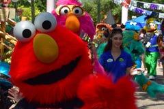 Elmo y amigos que desfilan en la calle en el jardín Tampa Bay de Bush imágenes de archivo libres de regalías