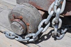 Elo de corrente: Detalhes do metal com roda de madeira Imagem de Stock Royalty Free