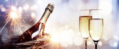 Elogios com uma garrafa do champanhe por um ano novo fotos de stock royalty free