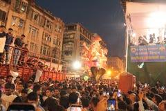 Elogios da multidão para grandes estátuas da bênção Ganesha na procissão imagens de stock