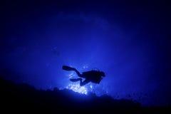 Elphine石头礁石的轻潜水员Silhoutte 免版税图库摄影