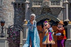 Elsa, εμπαιγμός και Minnie στη βασιλική φιλία Faire του εμπαιγμού σε Cinderella Castle στο μαγικό βασίλειο στοκ φωτογραφίες με δικαίωμα ελεύθερης χρήσης