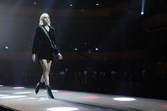 Elsa Hosk geht die Rollbahn an der Wiederholung vor Philipp Plein-Modeschau stockfoto