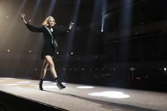 Elsa Hosk geht die Rollbahn an der Wiederholung vor Philipp Plein-Modeschau lizenzfreie stockfotos