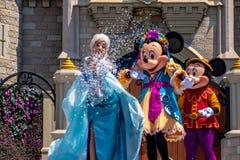 Elsa, Minnie και εμπαιγμός στη βασιλική φιλία Faire του εμπαιγμού σε Cinderella Castle στο μαγικό βασίλειο στο παγκόσμιο θέρετρο  στοκ εικόνες