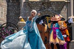 Elsa, Minnie και εμπαιγμός στη βασιλική φιλία Faire του εμπαιγμού σε Cinderella Castle στο μαγικό βασίλειο στο παγκόσμιο θέρετρο  στοκ εικόνα