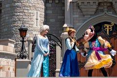 Elsa, Minnie και εμπαιγμός στη βασιλική φιλία Faire του εμπαιγμού σε Cinderella Castle στο μαγικό βασίλειο στο παγκόσμιο θέρετρο  στοκ φωτογραφία