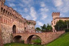 ` Elsa, Siena, Toskana, Italien Colle di Val d: die alten Stadtmauern mit Burggraben, Brücke und Stadttor Stockbilder