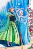 Elsa und Ana, die von gefrorenem von Walt Disney singen lizenzfreies stockfoto